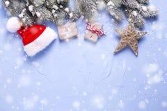 Украшения рождества обернули настоящие моменты, шляпу Санты, fu ветвей Стоковое Фото