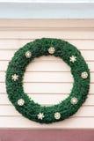Украшения рождества с зеленым кругом в стене магазина Стоковые Фотографии RF