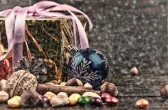 Украшения рождества, циннамон, гайки, конфеты Грецкие орехи, фундуки тонизированное изображение Нарисованный снег Стоковые Изображения