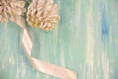 Украшения рождества для дома сбор винограда типа лилии иллюстрации красный концепция подготавливать на праздники, backgr деревянн стоковая фотография rf