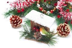 Украшения рождества - birdhouse, елевые ветви, сусаль Стоковое Изображение
