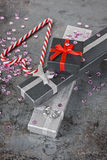 Украшения рождества - pesents и тросточки конфеты Стоковая Фотография RF