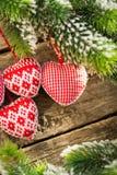 Украшения рождественской елки вися на ветви Стоковые Изображения