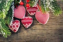Украшения рождественской елки вися на ветви Стоковое Изображение RF