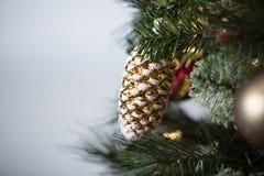 Украшения рождественской елки в красном цвете, золоте, и зеленом цвете Стоковое фото RF
