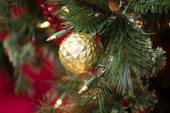 Украшения рождественской елки в красном цвете, золоте, и зеленом цвете Стоковые Изображения RF