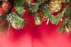 Украшения рождественской елки в красном цвете, золоте, и зеленом цвете Стоковые Фото