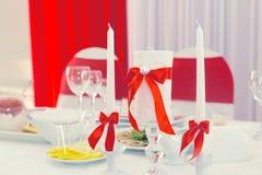Украшения свадьбы белого и красного цвета на таблице для новобрачных Стоковые Фото