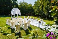 Украшения свадебной церемонии в саде Стоковые Фотографии RF