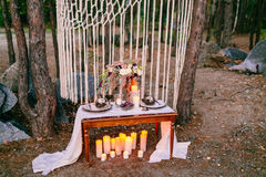 Украшения свадьбы в деревенском стиле Церемония вылазки wedding в природе стоковые изображения rf