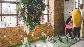Украшения свадьбы к стилю boho Стеклянные вазы с цветками и лепестками Floristry и украшение событий фокус отмелый Стоковое Изображение RF