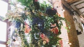 Украшения свадьбы к стилю boho Стеклянные вазы с цветками и лепестками Floristry и украшение событий фокус отмелый Стоковые Изображения