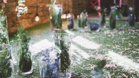 Украшения свадьбы к стилю boho Стеклянные вазы с цветками и лепестками Floristry и украшение событий фокус отмелый Стоковое Изображение
