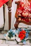 Украшения свадьбы сердец и цветков шнурка лежа около роскошной винтажной таблицы Стоковое Изображение RF