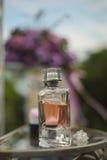 украшения свадьбы с бутылкой и цветками parfume Стоковая Фотография