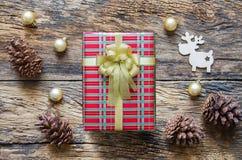 Украшения, северный олень, ель и подарочная коробка рождества на деревянном tabl Стоковое фото RF