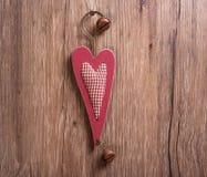 Украшения сердце рождества деревянные и смертная казнь через повешение колокола рождества дальше Стоковое Изображение