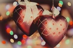 Украшения сердца рождественской елки против славной предпосылки светов Стоковое Фото