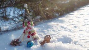 Украшения снеговика и рождества в снеге сток-видео