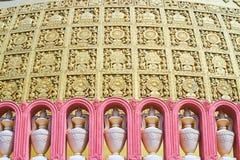 украшения стены stupa академии Sitagu международного буддийского с вазами в терракотовых нишах и pannels позолоты богато украшенн стоковые фотографии rf