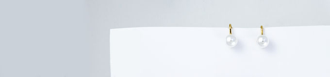 Украшения с жемчугами на monochrome предпосылке Стоковое Фото