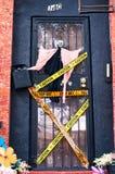 Украшения хеллоуина включая ведьму и декоративные нашивки полиции на парадном входе дома в Бруклине, Нью-Йорке стоковые фото