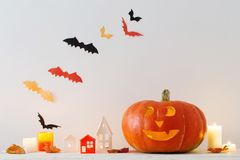 Украшения хеллоуина на деревянном столе стоковое изображение