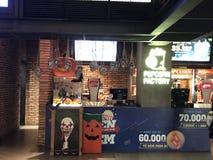 Украшения хеллоуина на фабрике попкорна стоковые фотографии rf