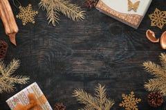 Украшения цвета золота рождества на черной деревянной доске Стоковые Изображения