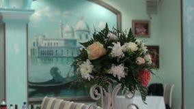 Украшения цветка на таблицах свадьбы сток-видео
