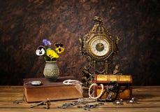 Украшения, часы и цветки Стоковая Фотография
