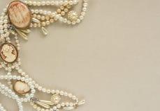 Украшения ` s женщины Рамка с старыми винтажными фибулами, камеями, жемчугом отбортовывает, серьги жемчуга Красивые винтажные юве Стоковые Изображения