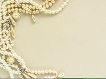 Украшения ` s женщины Рамка с старыми винтажными фибулами, камеями, жемчугом отбортовывает, серьги жемчуга Красивые винтажные юве Стоковые Изображения RF