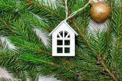 Украшенная ветвь ели и малый Белый Дом Принципиальная схема праздника Стоковое фото RF