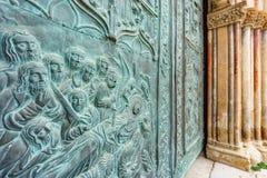 Украшенная дверь на входе церков Стоковые Изображения RF