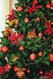 Украшенная ель рождества с гирляндой и шариками Стоковые Фотографии RF
