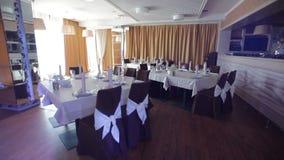 Украшенная зала для банкета свадьбы в ресторане акции видеоматериалы