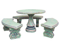 Украшенная каменные таблица и стулья мебели сада изолированные над белизной Стоковые Изображения
