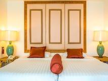 Украшенная комната кровати с подушкой Стоковые Изображения RF