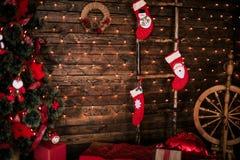 Украшенная комната рождества с красивой елью, предпосылкой Нового Года Стоковая Фотография RF