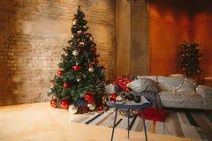 Украшенная комната рождества с красивой елью стоковое фото