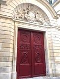 Украшенная красная дверь в Париже Стоковое Изображение