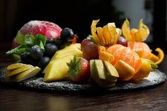 Украшенная поставляя еду таблица банкета с различной стоковые изображения