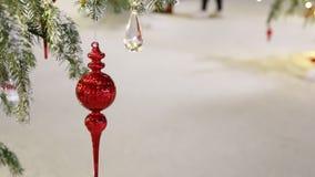 Украшенная предпосылка зимы рождественской елки, люди бродяжничая акции видеоматериалы