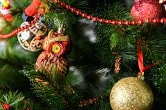 Украшенная рождественская елка на запачканной, сверкнутой и fairy предпосылке Стоковое фото RF