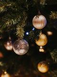 Украшенная рождественская елка на запачканной, сверкнутой предпосылке стоковые фото