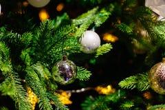 Украшенная рождественская елка на запачканной, сверкнутой предпосылке стоковое изображение rf