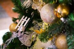 Украшенная рождественская елка, сосна, Новый Год, крупный план светов рождества стоковое фото rf