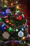 Украшенная рождественская елка со светами на красной предпосылке стоковые изображения rf