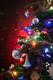 Украшенная рождественская елка со светами на красной предпосылке стоковые фотографии rf
